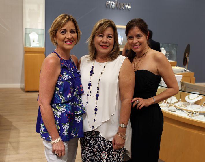 Waleska, Lydia y Magda Delgado, en la apertura de Lido Jewelers en The Mall of San Juan.
