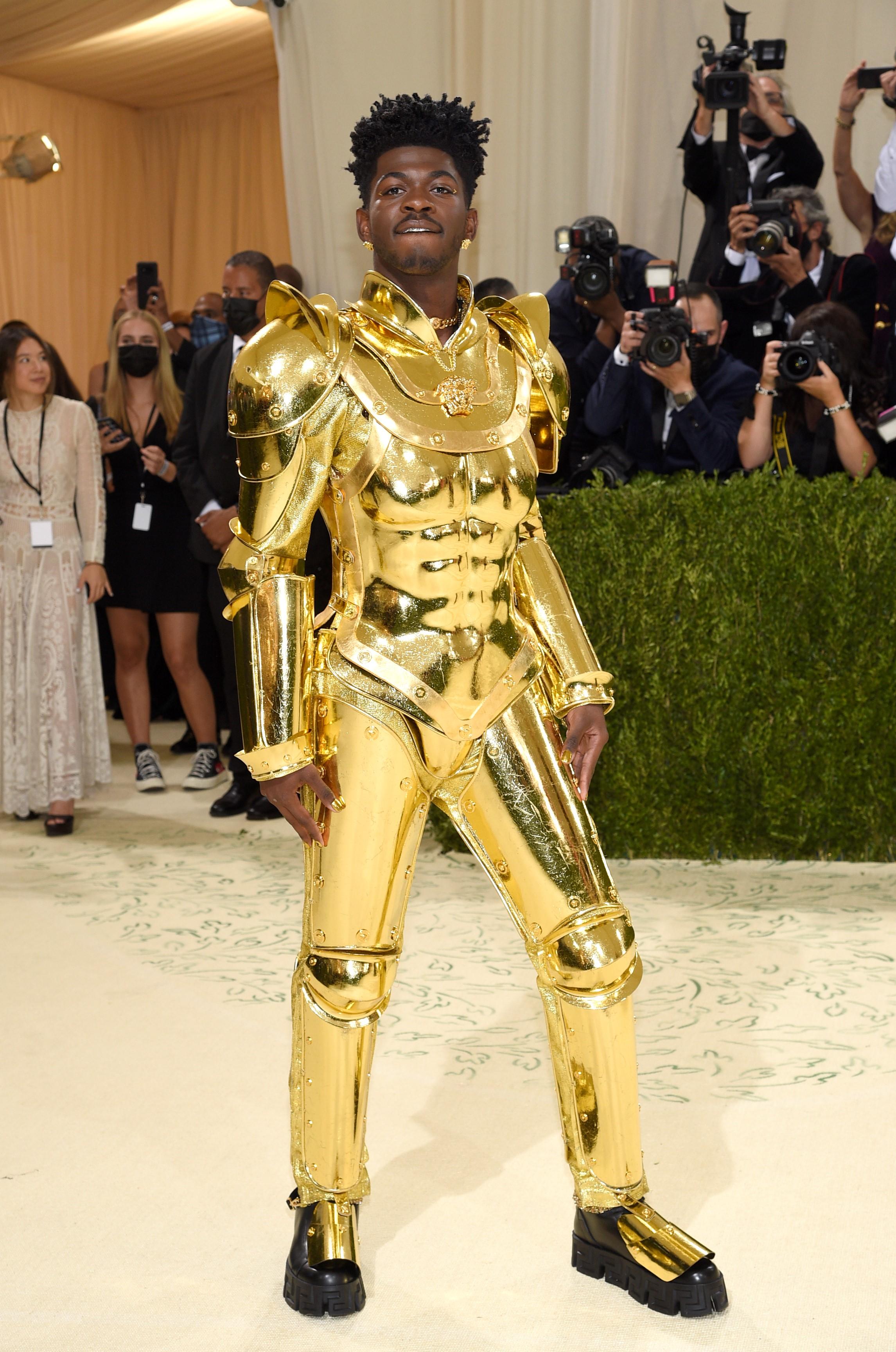 Lil Nas X llevó un segundo un traje completo dorado que parecía metálico, de Versace.