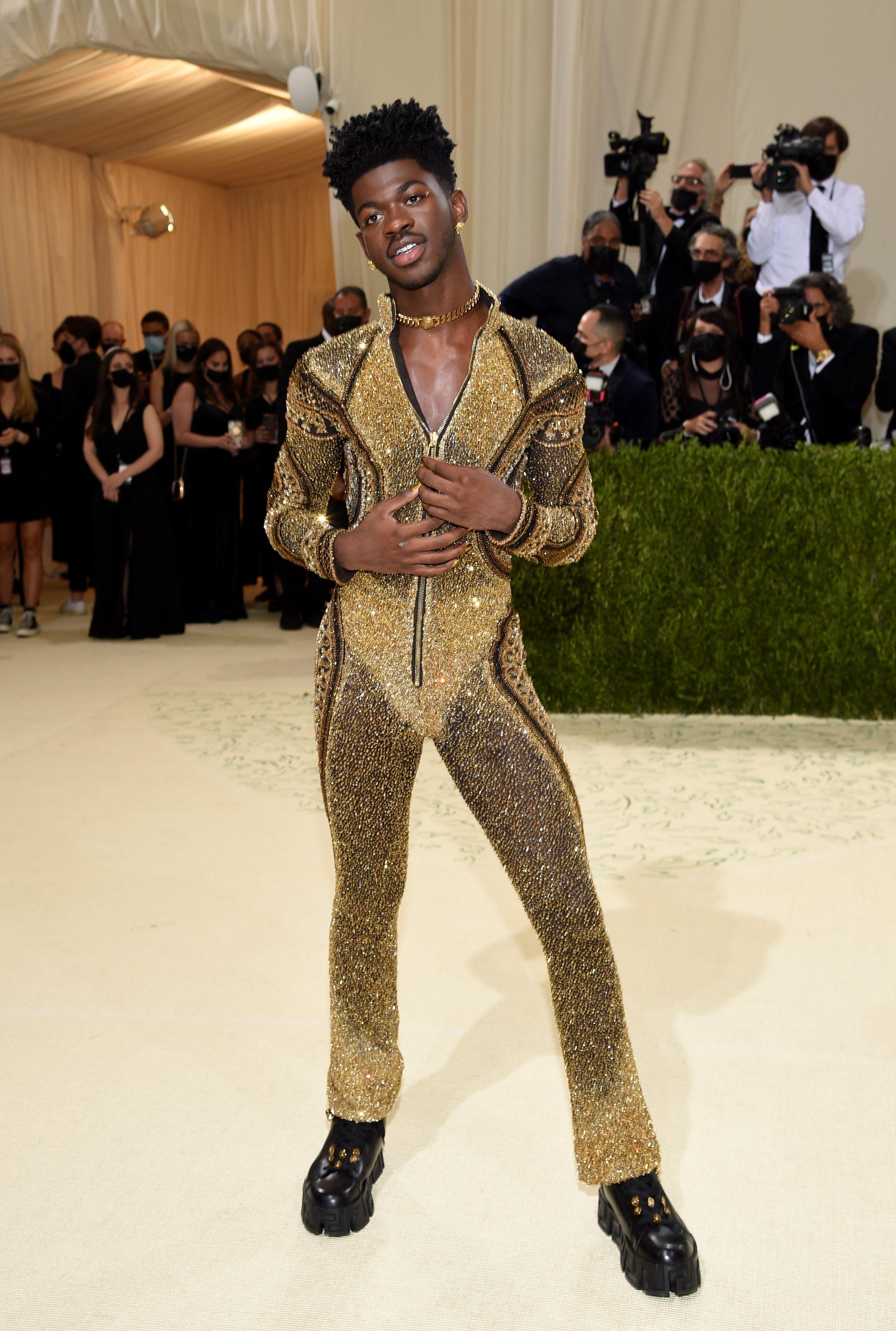 Lil Nas X  llevó un último traje completo con tonos cafés y dorados, de Versace.