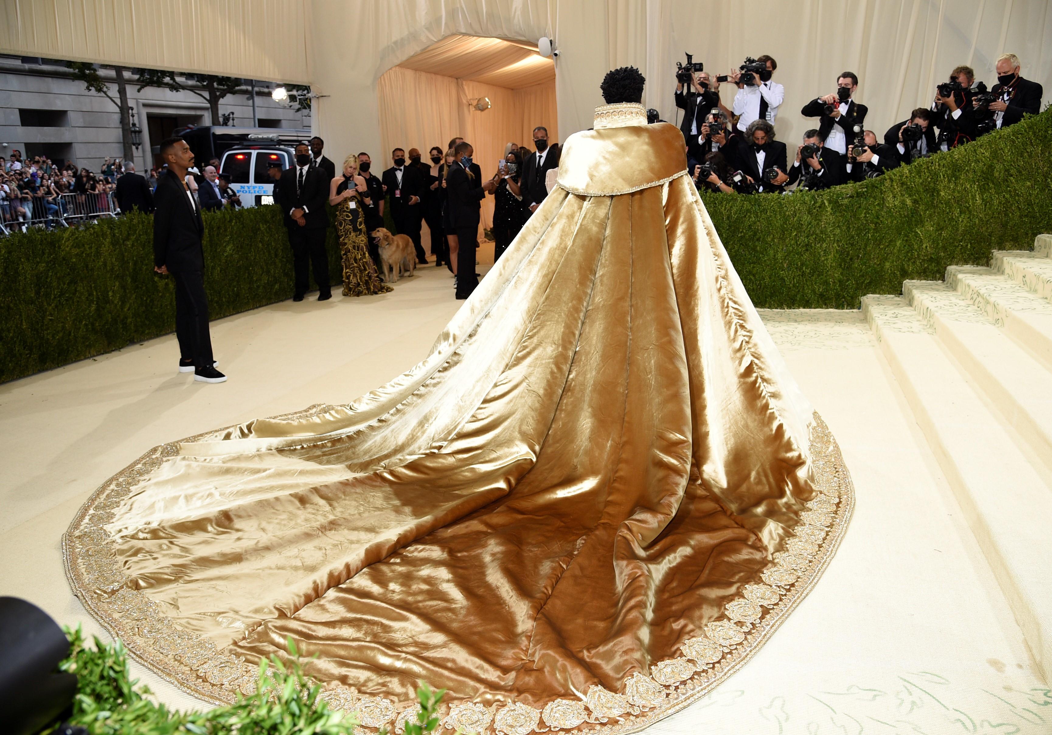 """El cantante Lil Nas portó tres looks dorados  de """"Versace"""". El primero fue con una enorme capa."""