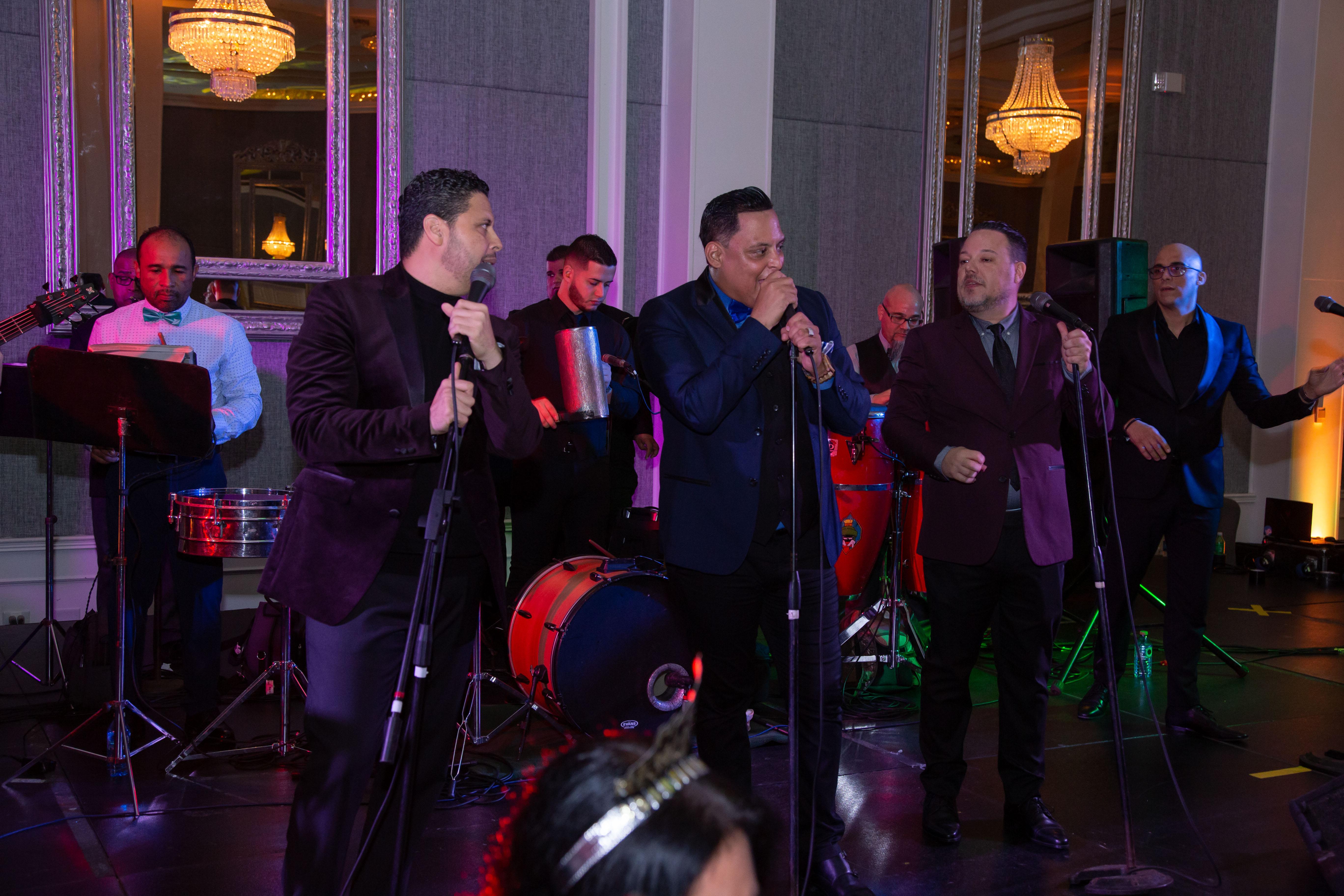 Los presentes disfrutaron y bailaron con la música de  Límite 21, la Banda 12AM y DJs invitados. (Suministrada)
