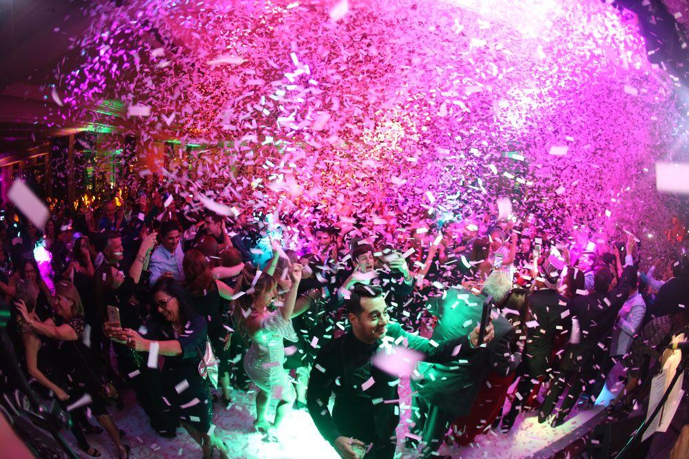 A la media noche, una lluvia de confeti color rosado marcó la llegada del Año Nuevo. Foto: José R. Pérez Centeno