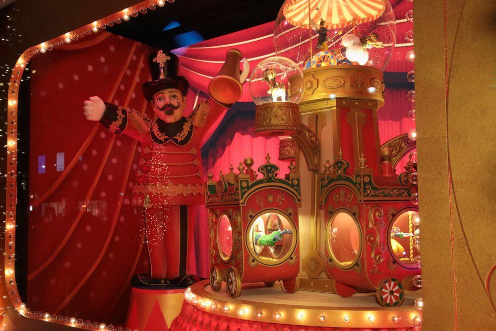 """Intitulado como """"The Best and the Brightest"""", las vitrinas de Lord & Taylor son una oda a la ciudad durante el invierno. Para componer y completar los escaparates -con el taller de Santa Claus, un circo, y otras escenas festivas- se necesitaron 75 personas y 35,000 horas de trabajo. (Foto WGSN)"""