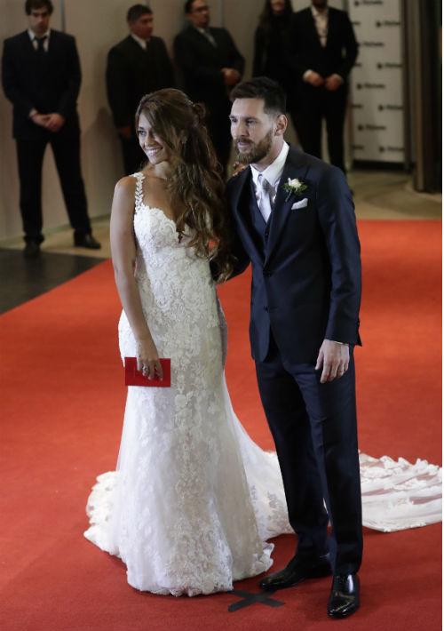 Tras la ceremonia a la que asistieron numerosas figuras del fútbol, los recién casados y padres de dos niños posaron para los fotoperiodistas. (AP)