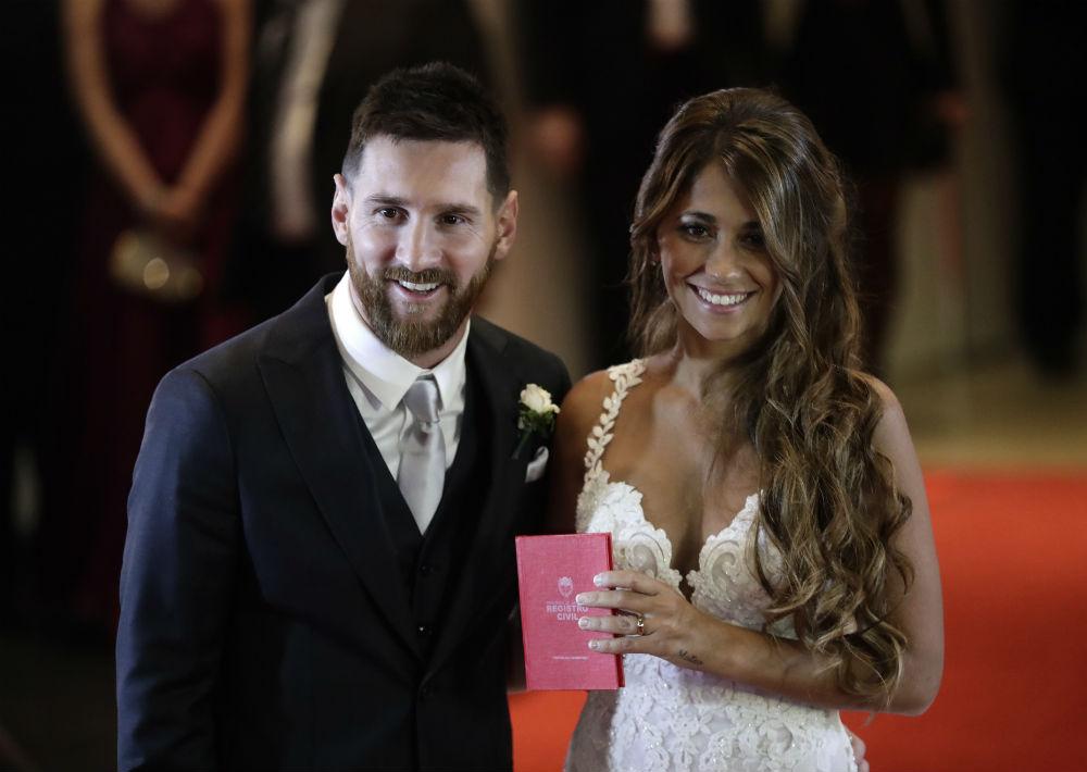 Lionel Messi se casó con su amor de la infancia, Antonella Roccuzzo, durante una celebración en Rosario, ciudad natal de ambos. (AP)