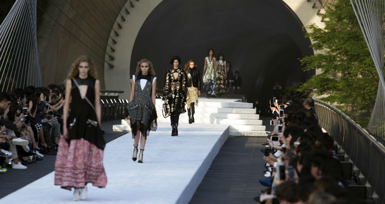 Louis Vuitton lanzó el domingo, 14 de mayo su colección Cruise desde Kioto, Japón. (AP Photo/Tomohiro Ohsumi)