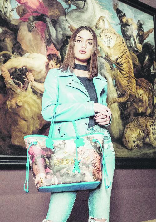 Camila Coelho, con un bolso de Rubens. (Suministrada)