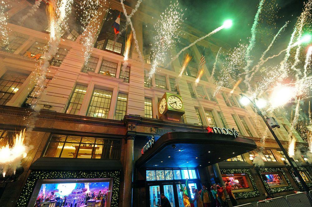"""Uno de los destinos más icónicos de Nueva York en la temporada navideña es la tienda de Macy's de Herald Square, su tienda insignia. EL tema de las decoraciones de sus vitrinas es """"The Perfect Gift Brings People Together"""".  (Foto WGSN)"""