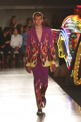 Un modelo desfila un colorido diseño de Moschino. (Willy Sanjuan/Invision/AP)