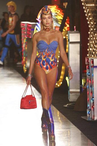 Mucha piel, durante el desfilo de Moschino inspirado en Las Vegas. (Willy Sanjuan/Invision/AP)