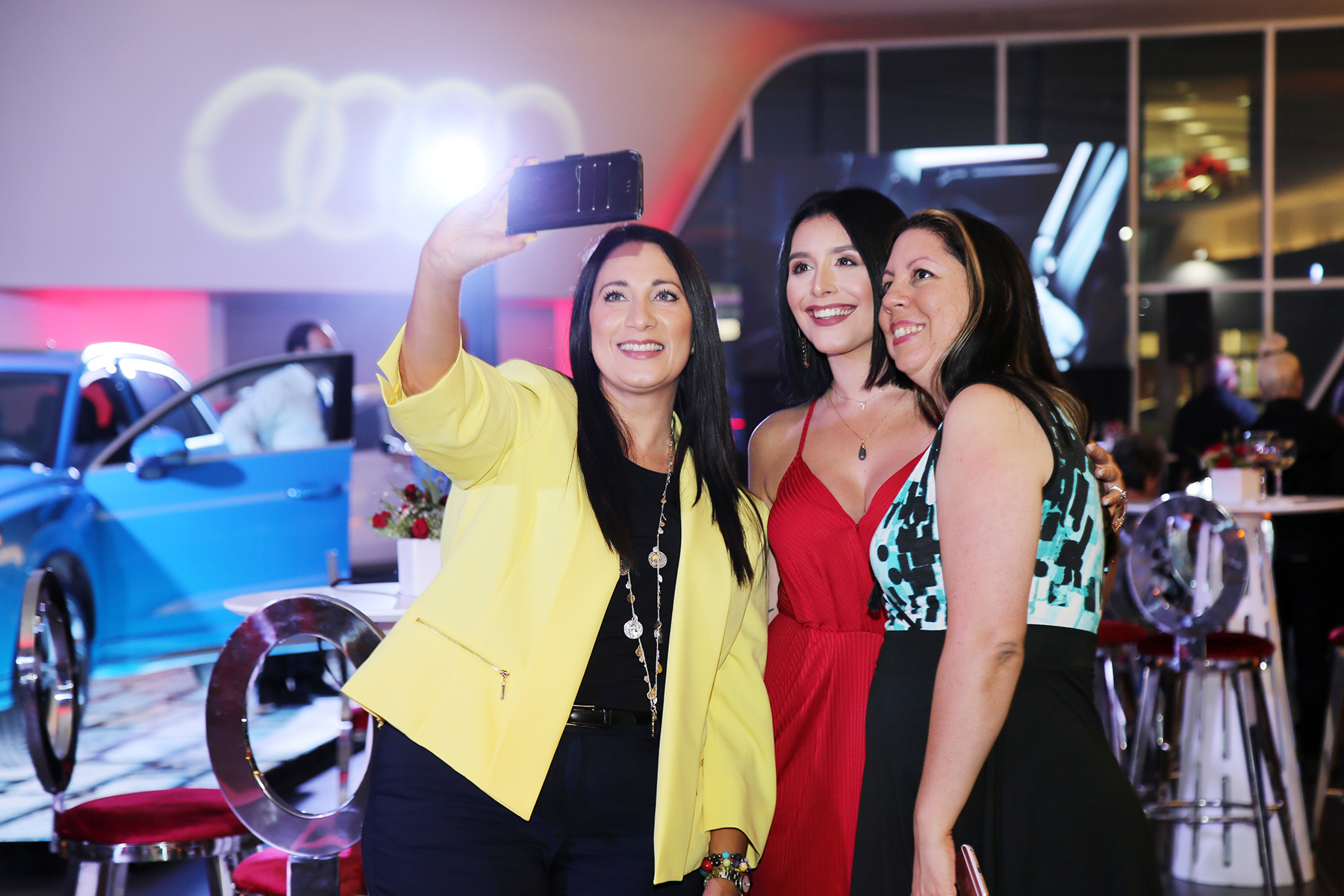 """Invitadas comparten un """"selfie"""". Foto Nichole Saldarriaga"""