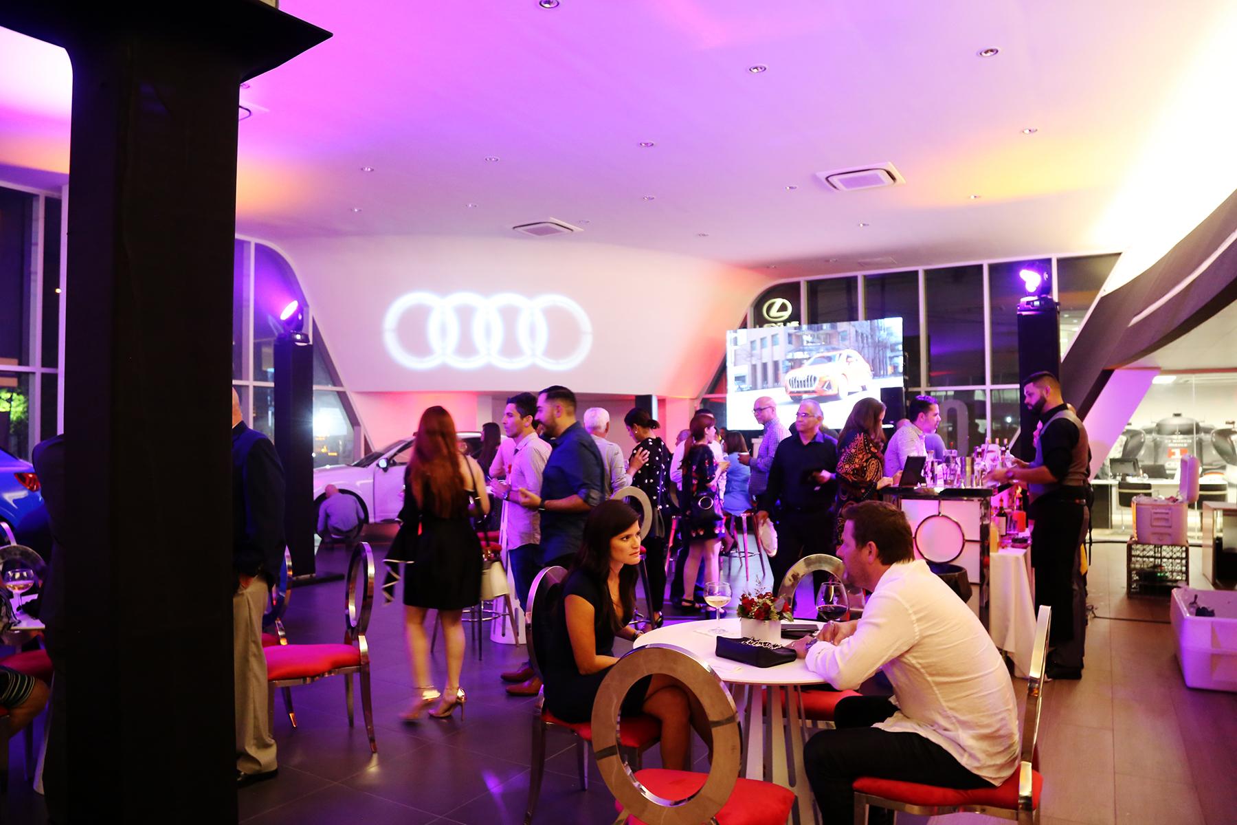 """Los asistentes escucharon la música de la DJ Rosamalia y gustaron de un """"open bar"""" con un menú de coctelería diseñado para la ocasión por el bartender Sergio Reyes, que incluyó tragos con el auspicio de Chivas Regal y Absolut Elyx. Foto Nichole Saldarriaga"""