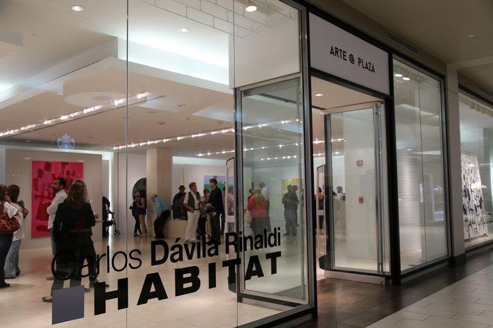Vista del área en donde se exhibe Hábitat, en Arte @ Plaza.