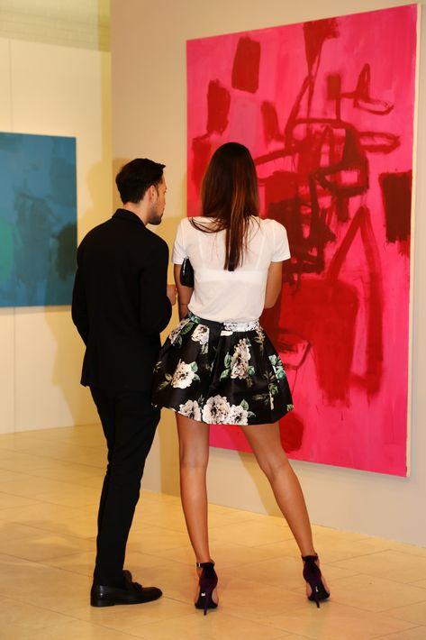 Una pareja aprecia una de las obras, en la muestra Hábitat en Arte @ Plaza.
