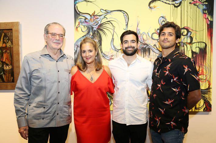 """Ignacio Cortés, Elaine Shehab, Carlos y Eduardo Cortés, en la inauguración de la exposición """"Encuentros / Desencuentros"""" en la sede de la Fundación Casa Cortés."""