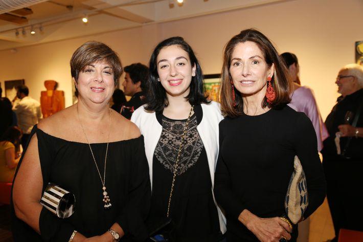 """Rosemarie Shehab, Natalia Morales y Dora Cortés, en la inauguración de la exposición """"Encuentros / Desencuentros"""" en la sede de la Fundación Casa Cortés."""