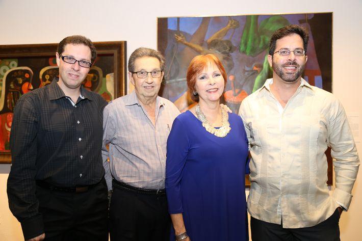 """Sergio y Luis Rodríguez, Adlín Ríos y Diego Rodríguez, en la inauguración de la exposición """"Encuentros / Desencuentros"""" en la sede de la Fundación Casa Cortés."""