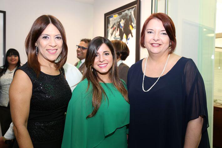 Eliadis Carrasquillo, Ángeles Valle e Iris González, en la inauguración de la Unidad de Platinum Banking y sucursal de FirstBank.