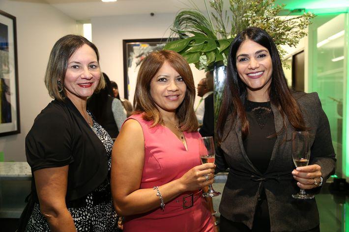 Gesha Rodríguez, María Isabel Colón y Mari Carmen Crespo, en la inauguración de la Unidad de Platinum Banking y sucursal de FirstBank.