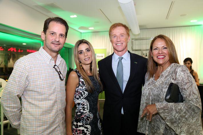 Fransisco Uriarte, Mariangel Marti, Michael McDonald y Mari Vela, en la inauguración de la Unidad de Platinum Banking y sucursal de FirstBank.