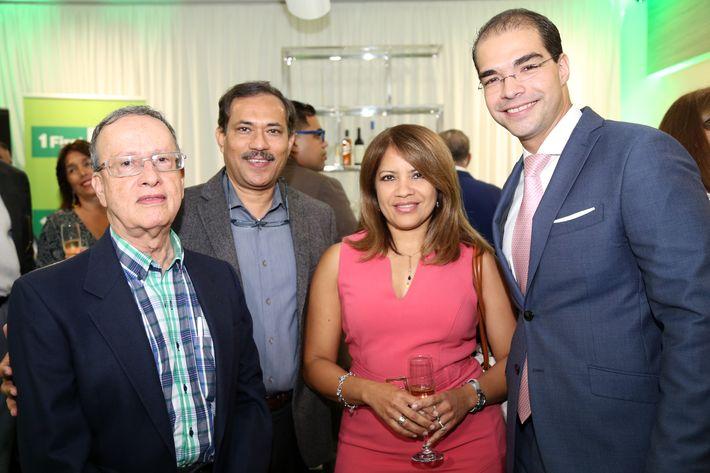 Hernando Ortiz, Shakil Shafique, María Isabel Colón y Caleb Navarro, en la inauguración de la Unidad de Platinum Banking y sucursal de FirstBank.