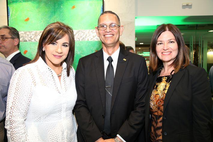 Aysha Isa, Juan Sánchez y Carmen Rocafort, en la inauguración de la Unidad de Platinum Banking y sucursal de FirstBank.