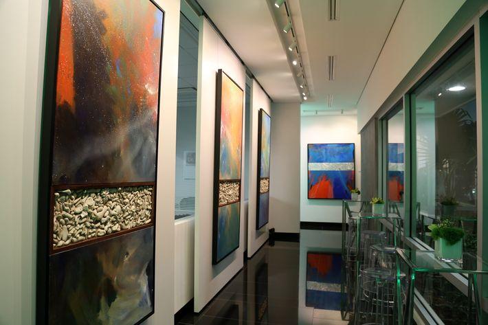 Las instalaciones contaron con una exhibición del artista puertorriqueño Rubén Ríos, en la inauguración de la Unidad de Platinum Banking y sucursal de FirstBank.