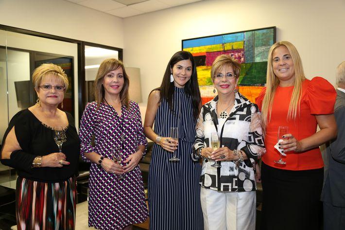 Iris González, Waleska Colón, Cynthia Rodríguez, Blanquita Rivera y Michelle Platzer, en la inauguración de la Unidad de Platinum Banking y sucursal de FirstBank.