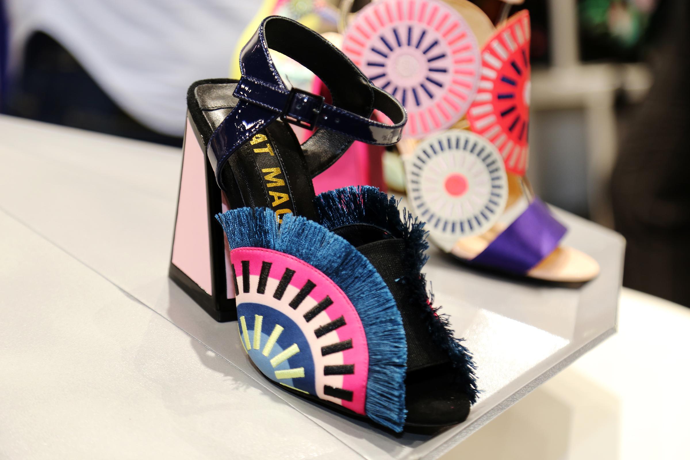 La mezcla de colores y elementos decorativos son parte importante del calzado de Kat Maconie. (Nichole Saldarriaga)