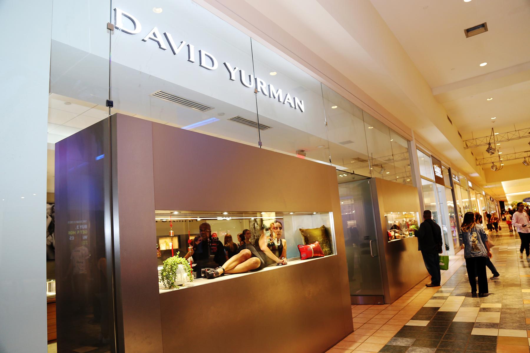 Las modelos parecían figuras de cera dentro de las vitrinas de la boutique David Yurman. (Nichole Saldarriaga)