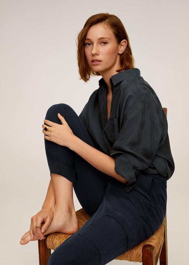 """Camisa de botones – Esta prenda de vestir es el """"resuelve"""" para mujeres que tienen que conectarse a videollamadas de trabajo. Su versatilidad permite llevarla bien tanto con mahones como """"leggins"""" y """"shorts"""". (Suministrada)"""