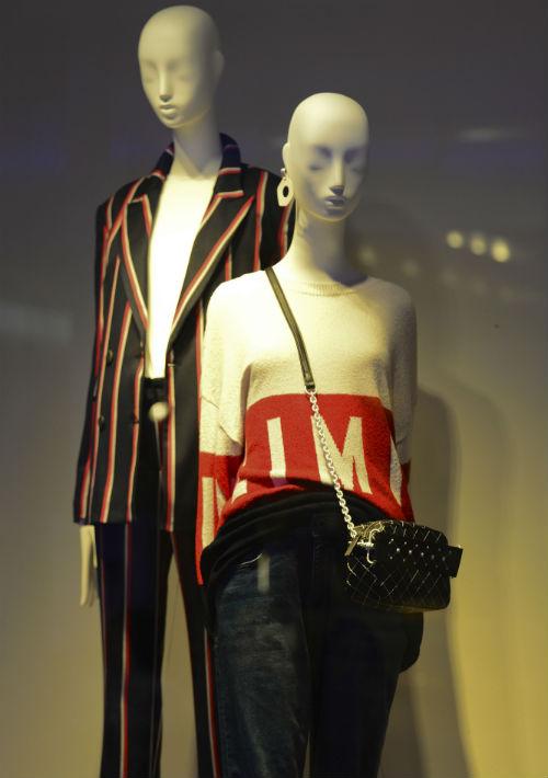 En la tienda se destacan las vitrinas con las últimas tendencias de moda. (Foto: Gerald López-Cepero)