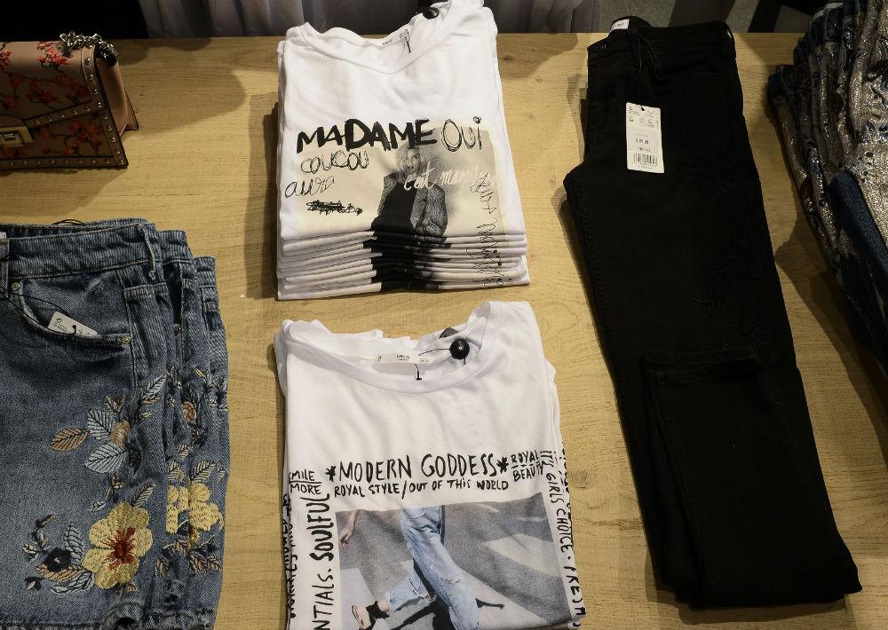 El mahón y las camisetas con mensajes y ornamentos se mantienen a la moda. (Foto: Gerald López-Cepero)
