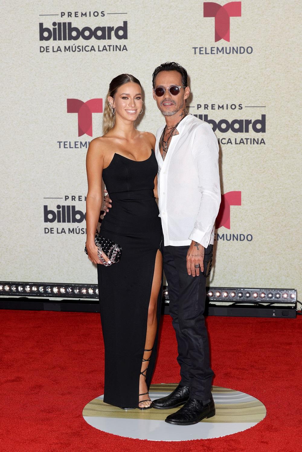 Marc Anthony y su pareja. (Suministrada/ Telemundo)