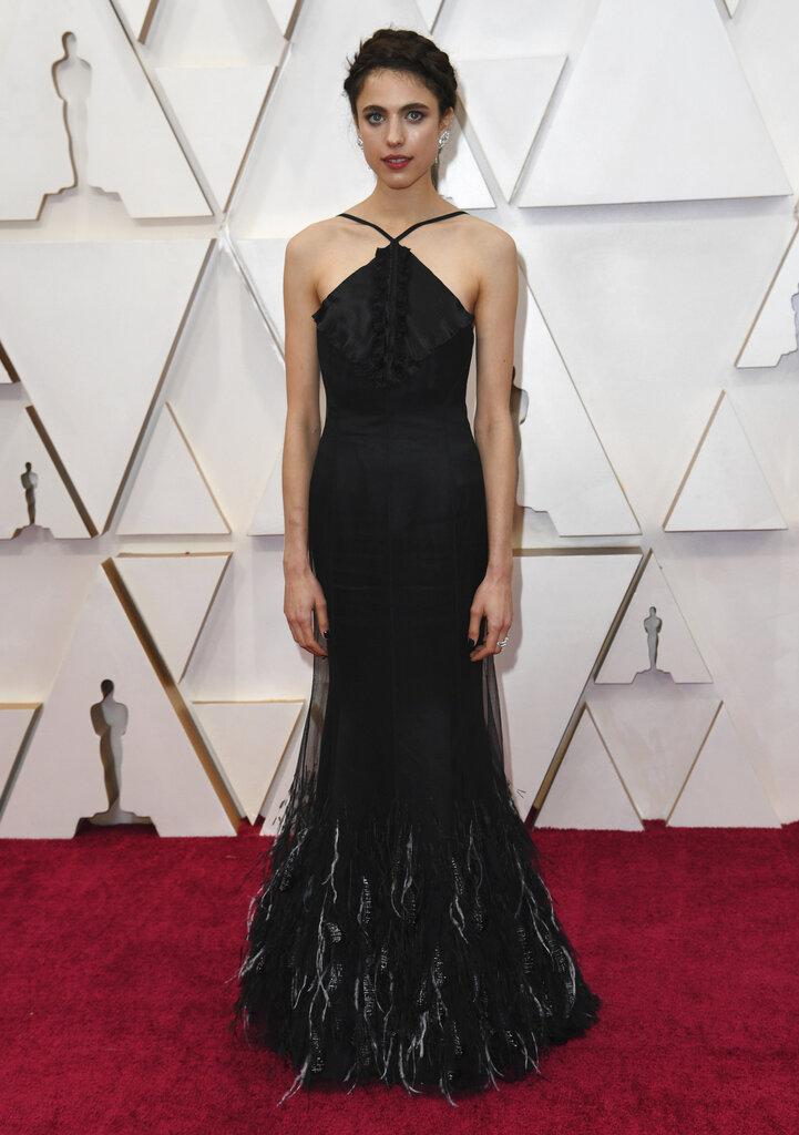 El negro también fue seleccionado por Margaret Qualley, quien desfiló por la alfombra roja con un vestido de Chanel. (AP)