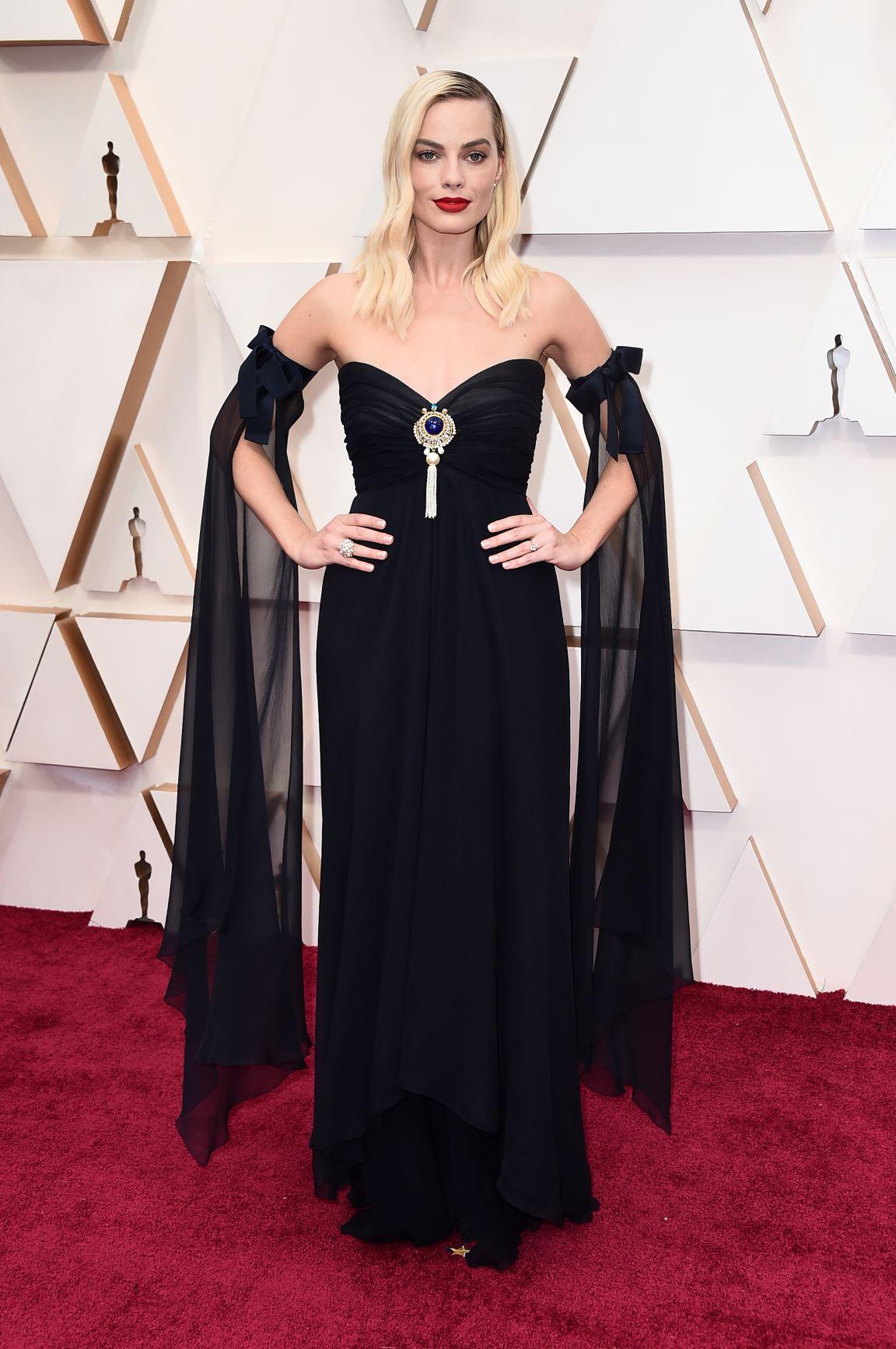 """Margot Robbie en un vestido negro """"vintage"""" de Chanel. (AP)"""