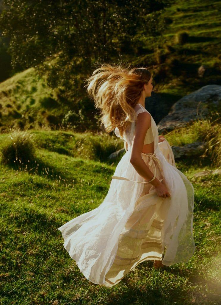 El vestido blanco también enlaza con la tendencia clave de vuelos de verano. (WGSN)