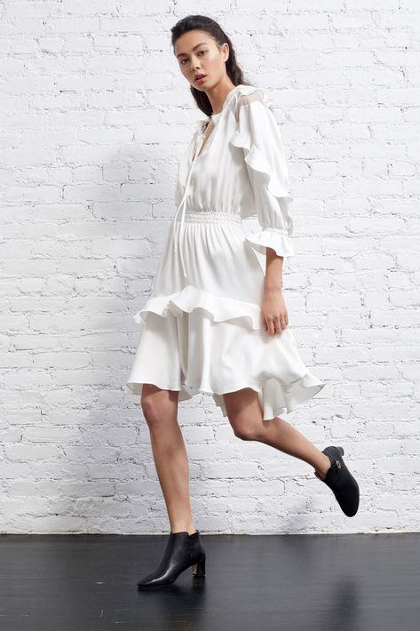 Más allá de las tendencias de la moda de verano, hay ciertas piezas en color blanco que no deben faltar en tu guardarropa. Estas se convierten en esas opciones clásicas que sobreviven todo el año y que se combinan con esos estilos van y vienen.