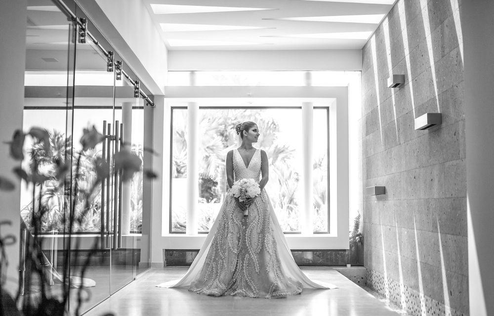 Marivioli Casellas lució un vestido con escote V y falda amplia en encaje borado con perlas de Michelle Correa. El arreglo personal de la novia estuvo a cargo de Mirla Toute Belle. Fotografía Wilo Rosado