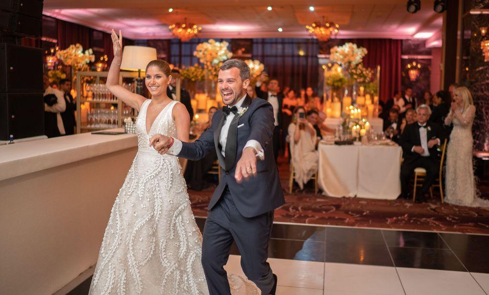 La pareja inició la fiesta en la pista de baile en el Salón Patio del Fauno en el Hotel Condado Vanderbilt. Fotografía Wilo Rosado