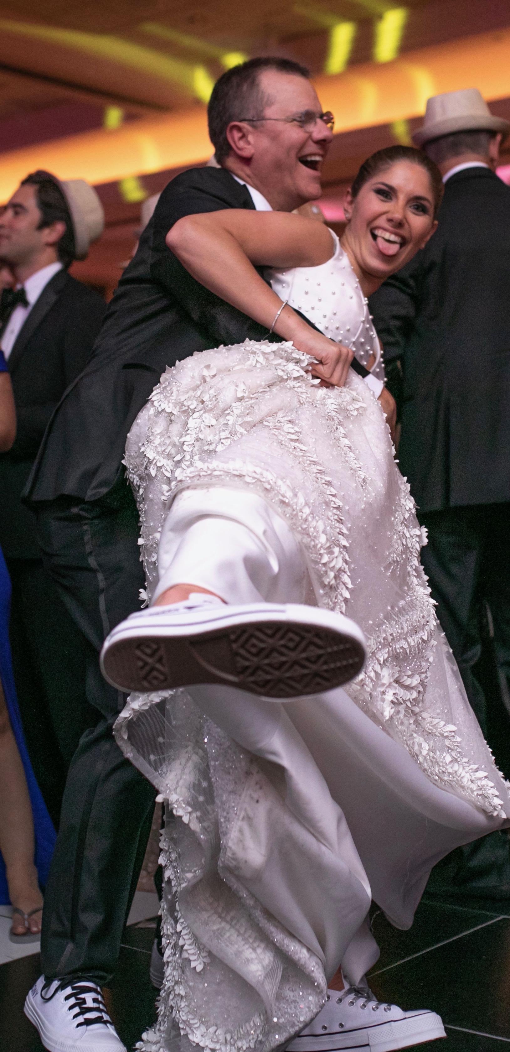"""Antonio  """"Tony"""" Casellas y su hija Marivioli Casellas, ya en calzado deportivo para disfrutar de la fiesta.La música en vivo fue de la Orquesta Cuenta Regresiva ALL STAR. Fotografía Wilo Rosado"""