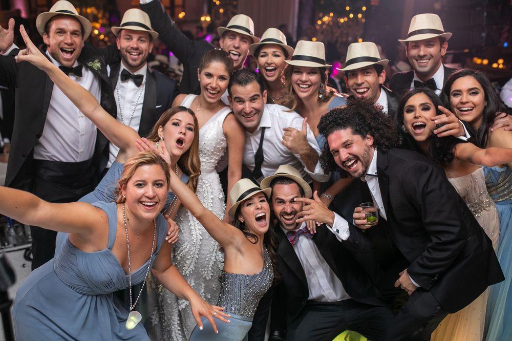 Los novios y un grupo de amistades.La coordinación del evento fue de Myrna Serrano y las invitaciones de Invitation House. Fotografía Wilo Rosado