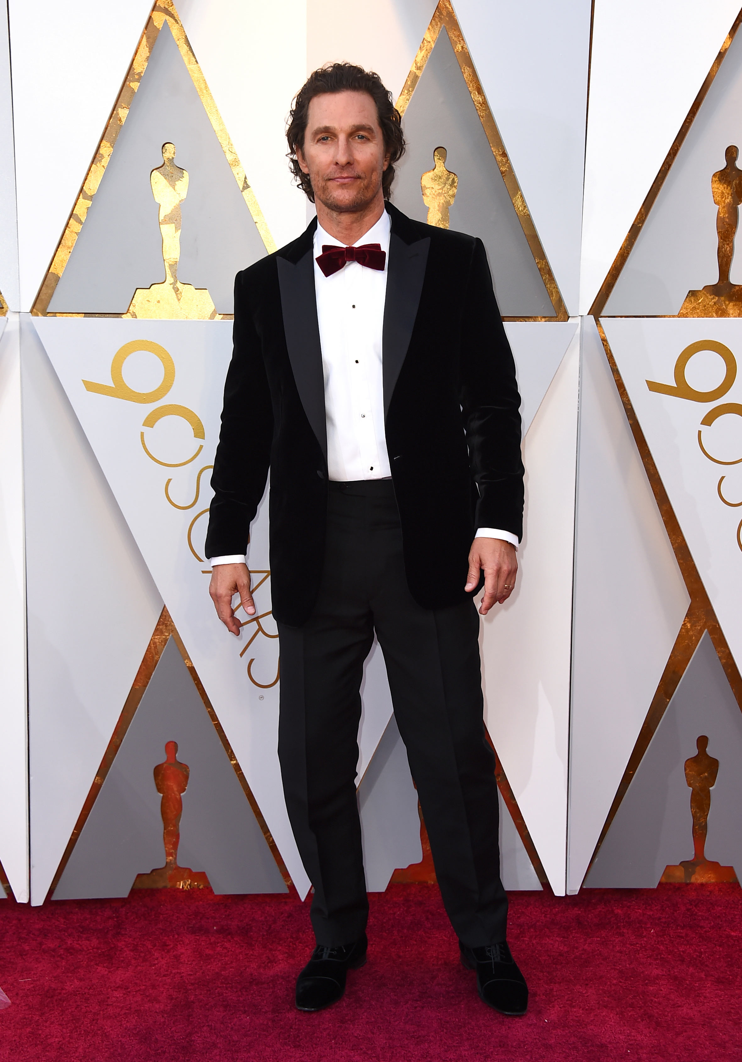 Matthew McConaughey luce un clásico smoking negro de  Brioni en la entrega de los Oscar 2018. (The Associated Press)