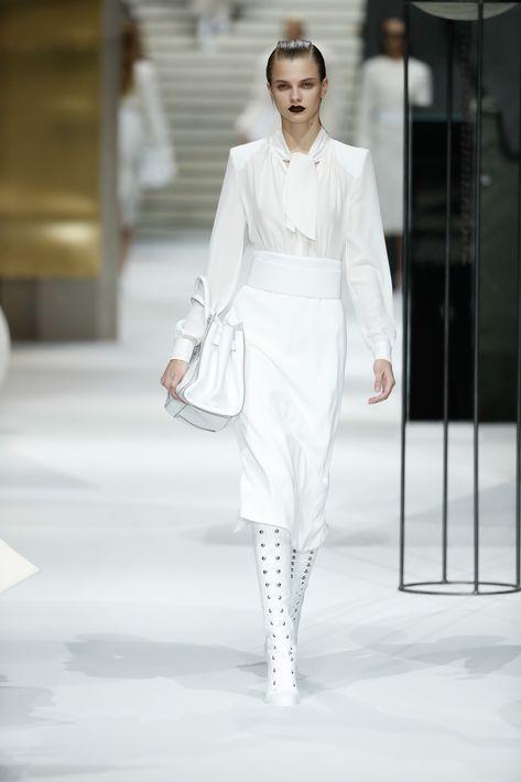 Una de las grandes cualidades del blanco es que puede llevarlo en un estilo monocromático o en combinación con prácticamente todos los demás colores.
