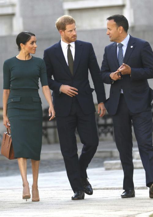 Más adelante en el día, para reunirse con el primer ministro de Irlanda, Leo Varadkar, Meghan llevó un vestido verde con cuello redondo y bolsillos grandes, de Givenchy, la misma casa de moda que diseñó su vestido de boda. (AP)