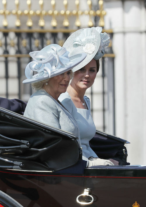 """Kate Middleton compartió carrosa con la duquesa de Cornualles, Camila Parker Bowls, quien sorprendió con un atuendo más arriesgado y moderno, creación de Fiona Clare. Algunos medios especializados dijeron que se trataba algo más """"al estilo de Meghan Markle"""". (AP)"""