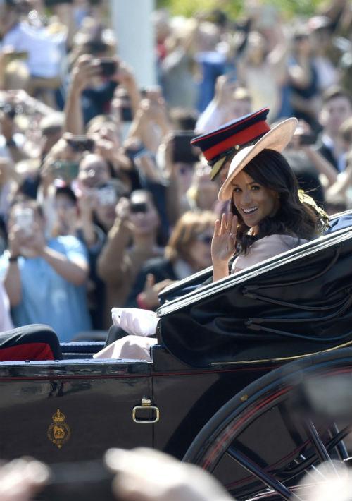 El príncipe Harry y Meghan Markle asistieron juntos por primera vez los desfiles militares en honor del cumpleaños de la reina Elizabeth II del Reino Unido. (AP)