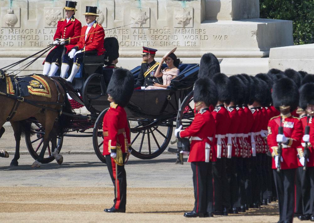 """La familia real al completo asiste al desfile militar y espectáculo aéreo de varias horas conocido como """"Trooping the Colour"""", introducido en 1748 para celebrar el cumpleaños """"oficial"""" del monarca y que suele tener lugar el segundo sábado de junio, una época del año de clima agradable. (AP)"""