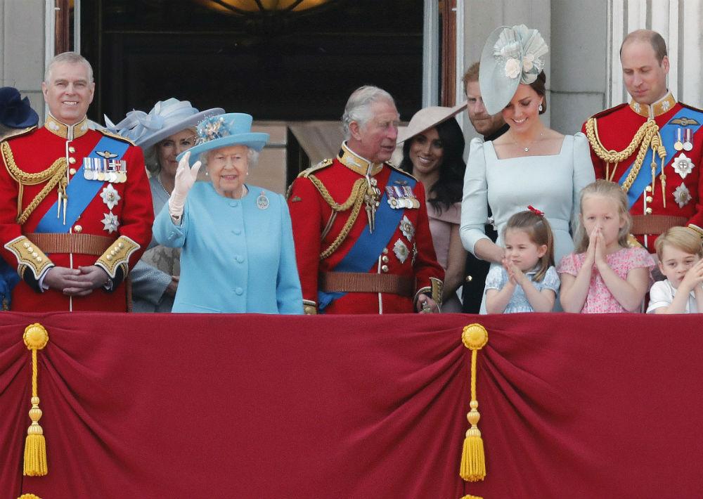Como es costumbre, los miembros de la familia real acompañaron a Elizabeth II en el balcón del palacio de Buckinghamm desde donde presenciaron las piruetas aéreas de los aviones militares y saludaron a la multitud. (AP)