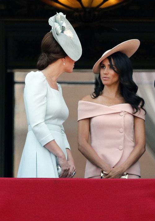 La duquesa de Sussex llevó un vestido en tono melocotón con los hombros al descubierto, de Carolina Herrera y sombrero de Philip Treacy. (AP)